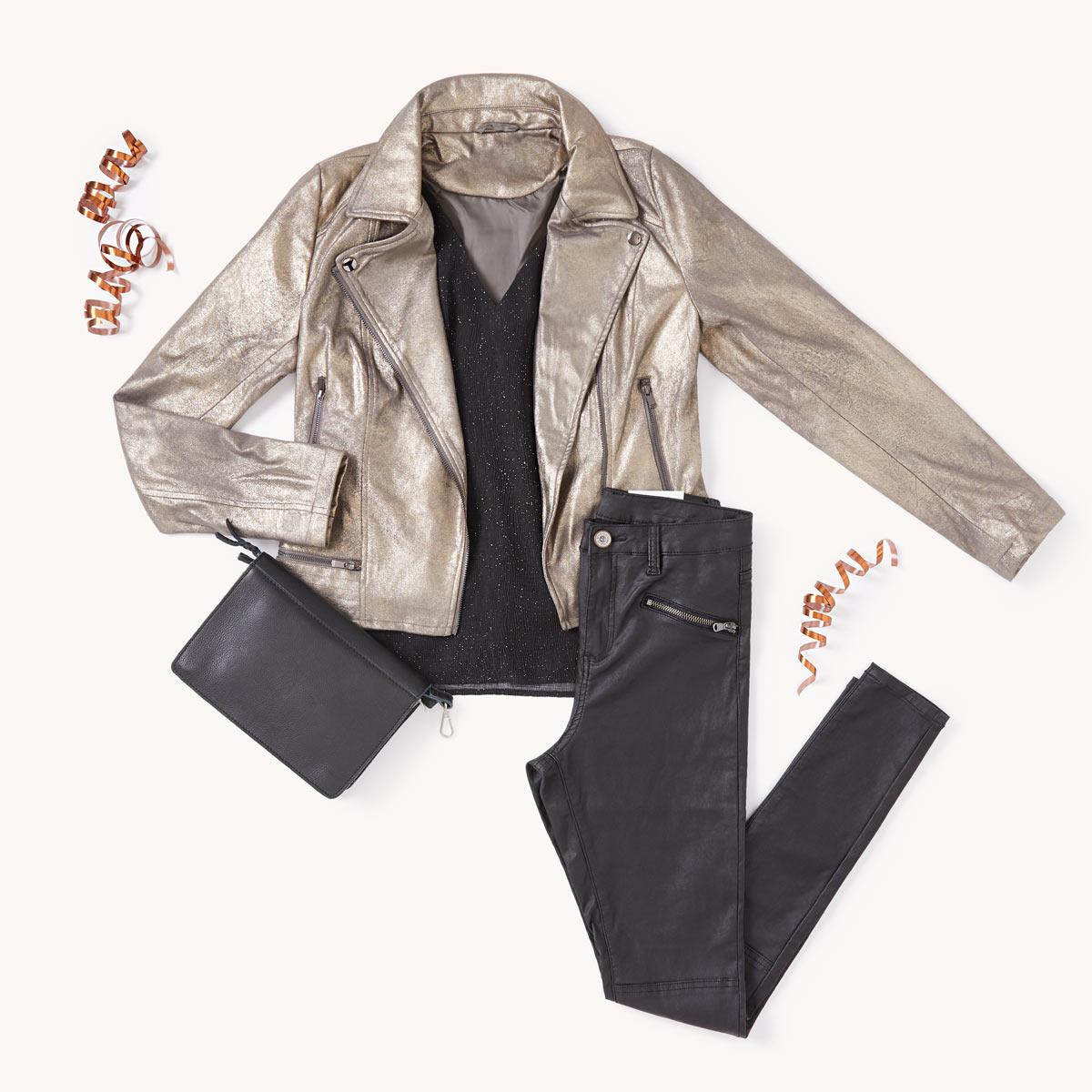 blouse légère et un pantalon ciré skinny.
