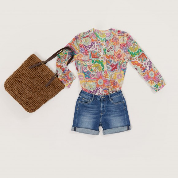look shorts in jeans a una blusa in fantasia Paisley