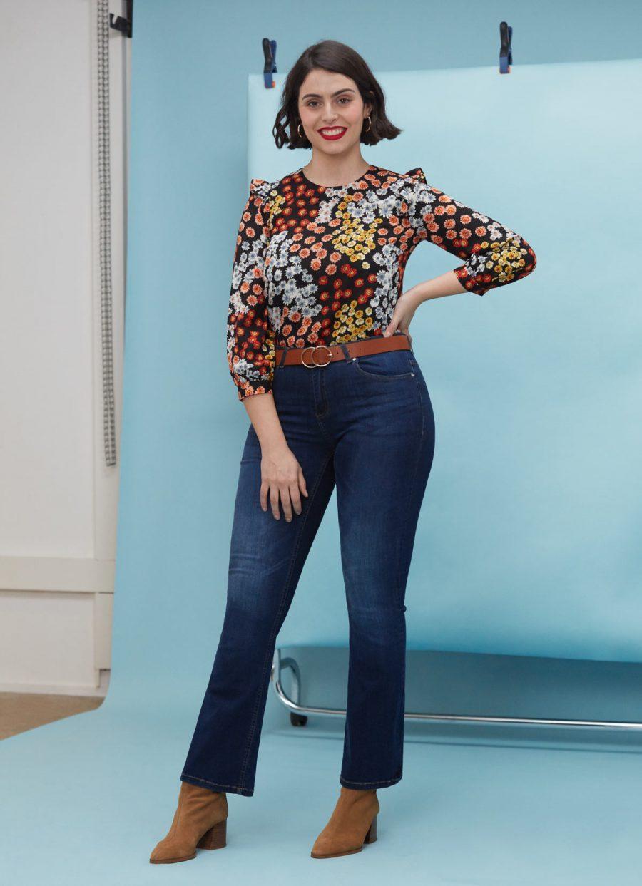 look jeans flare y camisa flores tendencia años 70